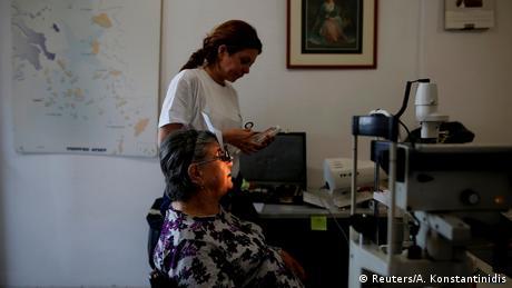 Η 82χρονη Διονυσία Αμοργιανού εξετάζεται από εθελόντρια οφθαλμίατρο της ομάδας στο νησάκι της Θύμαινας.