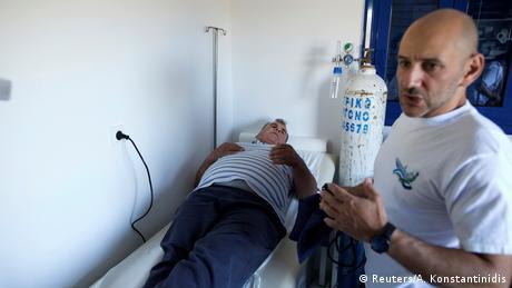 Ο εθελοντής καρδιολόγος Νίκος Πατσουράκος εξετάζει τον ασθενή Κώστα Αμοργιανό, ο οποίος διαμένει μόνιμα στο μικρό νησί Θύμαινα του ανατολικού Αιγαίου.