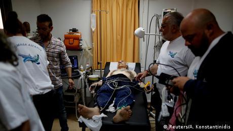 Ένας ασθενής που υπέστη καρδιακό επεισόδιο στους Φούρνους εξετάζεται από την ομάδα των εθελοντών γιατρών.