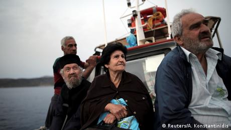 Κάτοικοι του νησιωτικού συμπλέγματος των Φούρνων εξετάστηκαν στη γειτονική Θύμαινα και επιστρέφουν με θαλάσσιο ταξί στον τόπο διαμονής τους.