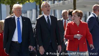 Donald Trump Angela Merkel und Jens Stoltenberg (Picture alliance/AP Photo/E. Vucci)
