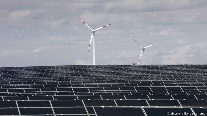 Neue Technologien Solarzellen Windkraft (Picture alliance/Prisma/S. Christof)
