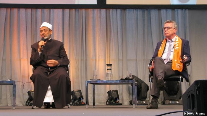 Berlin Kirchentag 2017 Podiumsdebatte von Sheikh Ahmad al-Tayyeb mit Innenminister Thomas de Maizière.