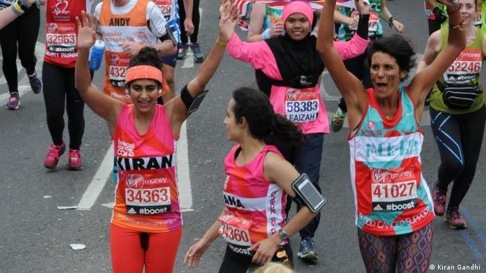 Kiran Gandhi läuft den London Marathon und hat dabei einen gut sichtbaren Blutfleck im Schritt (Foto: Kiran Gandhi)