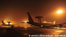 ARCHIV - HANDOUT - Das Handout der Nato zeigt Awacs-Aufklärungsflugzeuge aufgenommen am 08.10.2004 auf dem Flughafen des vorgeschobenen Militärstützpunkts in Konya. (ACHTUNG:Verwendung nur zu redaktionellen Zwecken) (Zu dpa «Abgeordnete dürfen deutsche Soldaten im türkischen Konya besuchen» vom 26.05.2017) Foto: Andrea Hohenforst/dpa +++(c) dpa - Bildfunk+++ | Verwendung weltweit