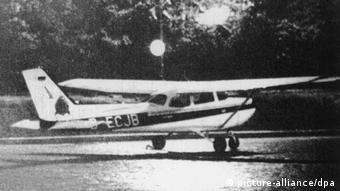 Foto de um pequeno avião em preto e branco