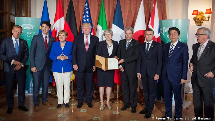G7 Treffen Sizilien Leaders of the G7 pose after signing the 'G7 Taormina Statement on the Fight Against Terrorism and Violent Extremism' at the G7 summit in Taormina
