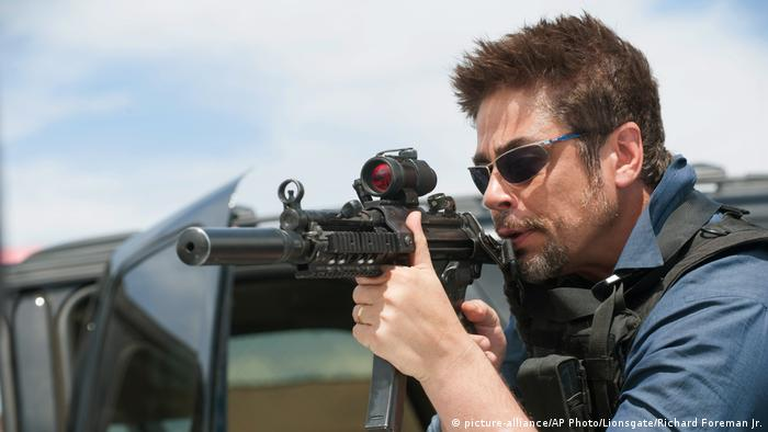 Standbild des Films 'Sicario' mit schießenden Mann (2015) (picture-alliance/AP Photo/Lionsgate/Richard Foreman Jr.)