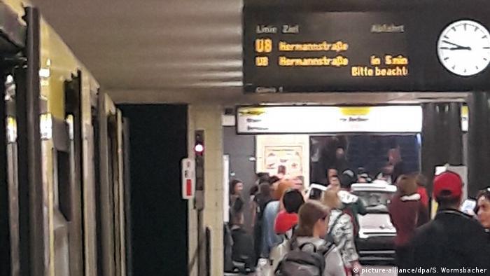 Deutschland Auto fährt in Berlin Treppe zur U-Bahn hinunter