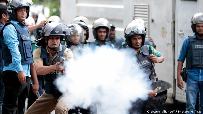 Bangladeshi police fire tear gas at protesters in Dhaka (picture-alliance/AP Photo/A. M. Ahad)