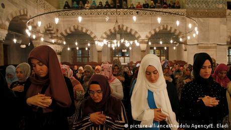 Türkei Ramadan in Istanbul (picture-alliance/Anadolu Agency/E. Eladi)