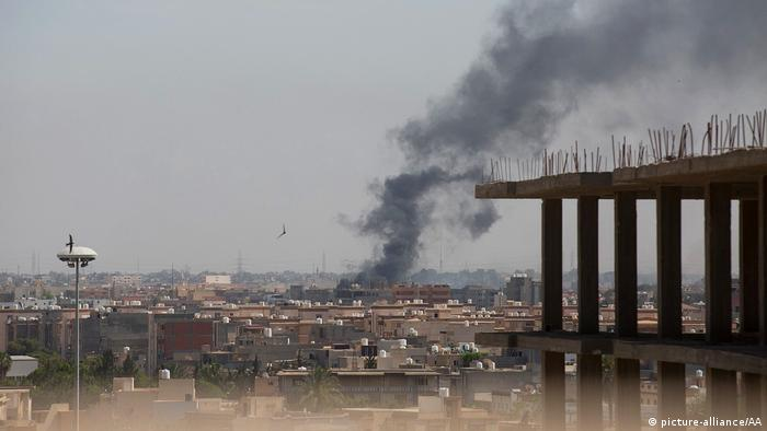 Smoke rising from a building in Libya. (picture-alliance/AA)