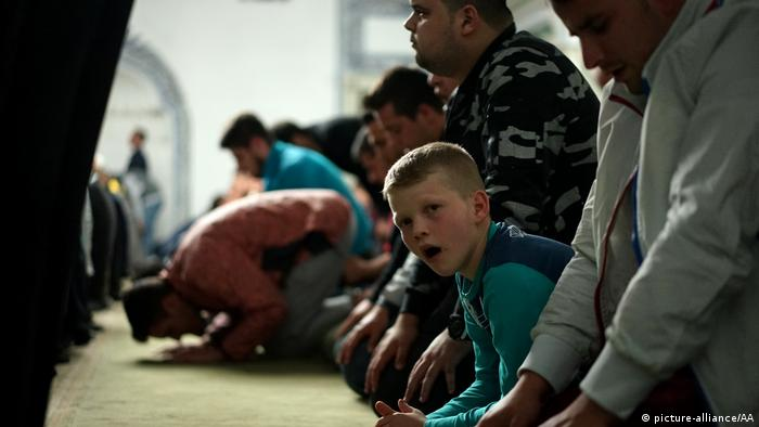 Muslims perform the first prayer of Ramadan (picture-alliance/AA)