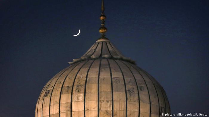 Mondsichel über einer Moschee Ramadan (picture-alliance/dpa/R. Gupta)