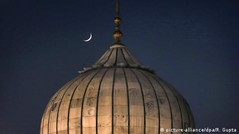 A sliver of moon seen above an Indian mosque (picture-alliance/dpa/R. Gupta)