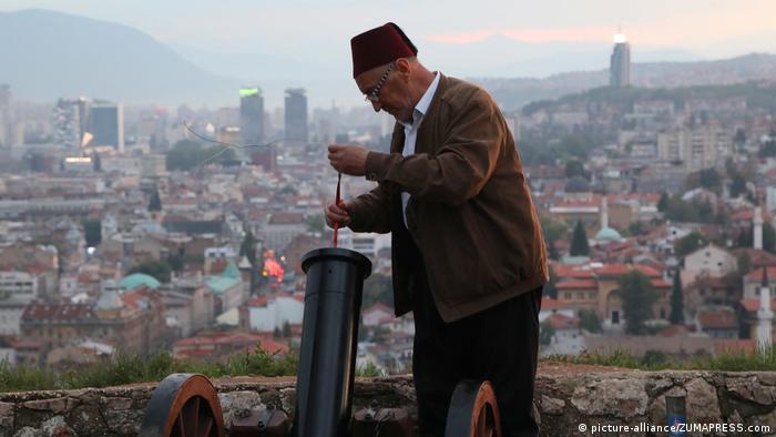 A gunner prepares a cannon for firing in Sarajevo (picture-alliance/ZUMAPRESS.com)