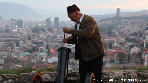 A gunner prepares a cannon for firing in Sarajevo (picture-alliance/ZUMAPRESS.com)