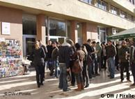 Студенты перед зданием университета