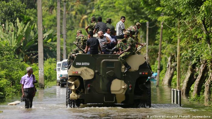 Sri Lanka rushes aid to flood victims amid rising death toll | News | DW |  28.05.2017