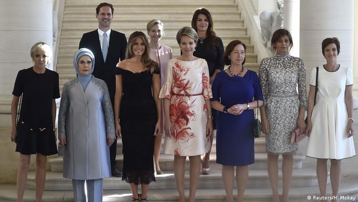 Belgien Brüssel - Königin Mathilde bei Gruppenfoto (Reuters/H. Mckay)