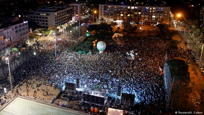 Zehntausende Demonstranten versammeln sich auf dem zentralen Rabin-Platz in Tel Aviv. (Foto: Reuters/A. Cohen)