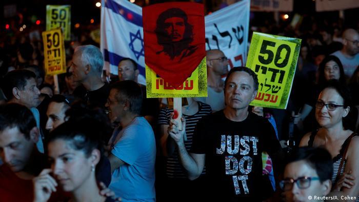 Zwei Staaten, eine Hoffnung. Eine Demonstration gegen 50 Jahre Besatzung steht auf vielen Schildern, die die Demonstranten hoch halten. (Foto: Reuters/A. Cohen)