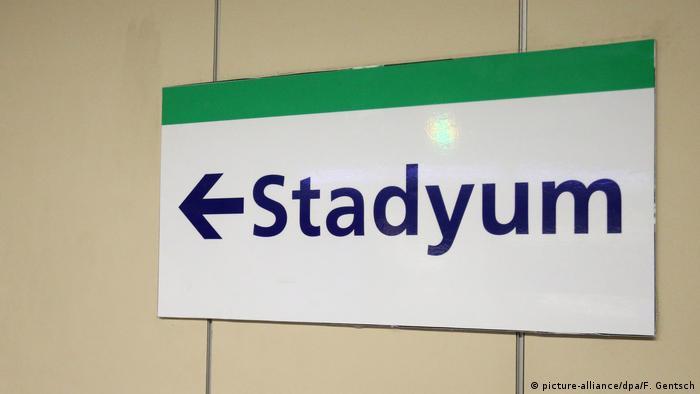 Ein Schild mit der Aufschrift Stadyum (Foto: Picture Alliance)