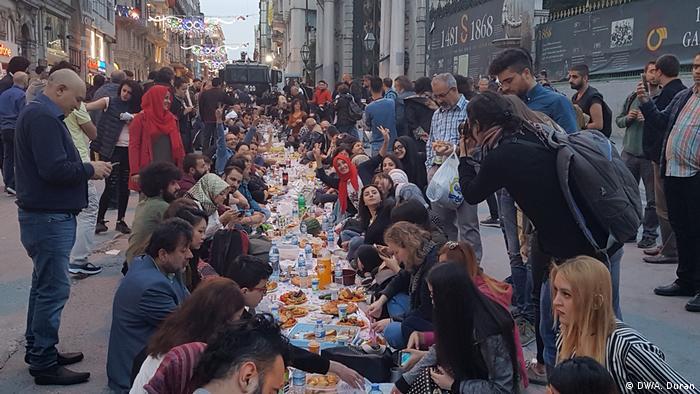 Türkei Alternatives Fastenbrechen in Taksim, Istanbul