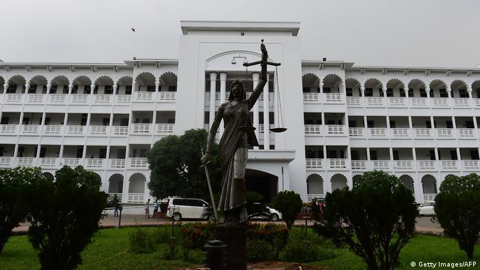 Bangladesch Justitia-Skulptur wieder aufgestellt (Getty Images/AFP)