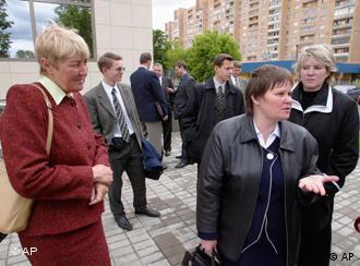 Zeugen Jehovas vor einem Gericht in Moskau (16.6.2004, Quelle: AP)