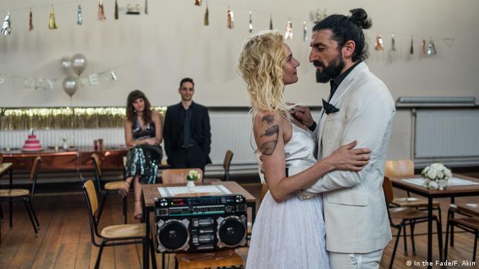 Filmstill In the Fade von Fatih Akin - Szene mit tanzendem Paar in Brautkleidung in Festsaal (In the Fade/F. Akin)
