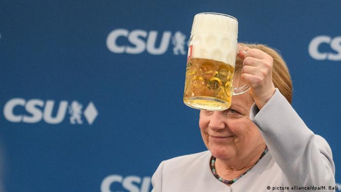 Deutschland Bierzeltauftritt von Merkel und Seehofer (picture alliance/dpa/M. Balk)