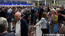 England Schlange am Check in der British Aiways am Flughafen Gatwick