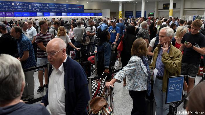 England Schlange am Check in der British Aiways am Flughafen Gatwick (REUTERS/H. McKay)