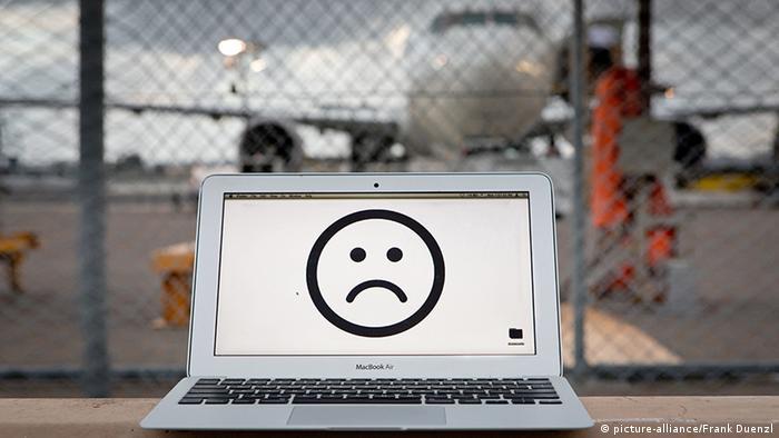 Symbobild Laptop-Verbot im Flugzeug (picture-alliance/Frank Duenzl)