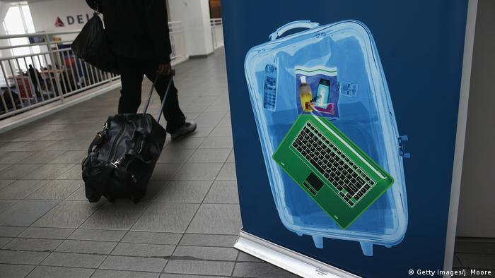 Flughafen Laptopverbot Symbolbild (Getty Images/J. Moore)