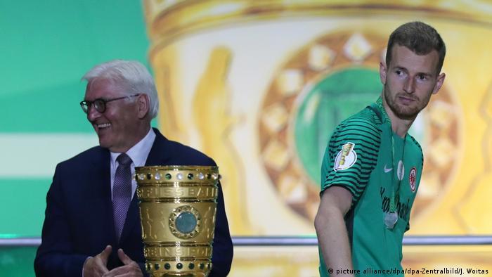 Fußball DFB-Pokal Torwart Lukas Hradecky