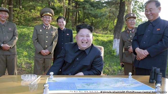 Nord Korea Kim Jong Un beim Test des Feststoffraketentriebwerks Pukguksong-2 (picture alliance/AP Photo/Korean Central News Agency)