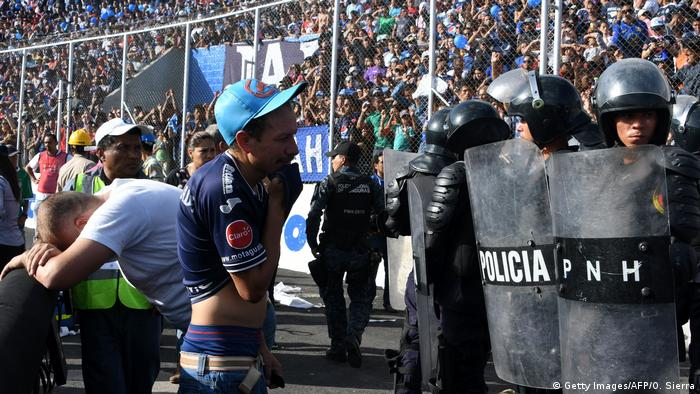 Honduras Massenpanik am Nationalstadion in Tegucigalpa (Getty Images/AFP/O. Sierra)