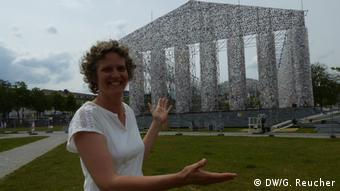 Diana Rothaug in front of the installation The Parthenon of Books (DW/G. Reucher)