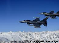 Два багатофункціональні винищувачі F-16 ВПС США у небі над Афганістаном