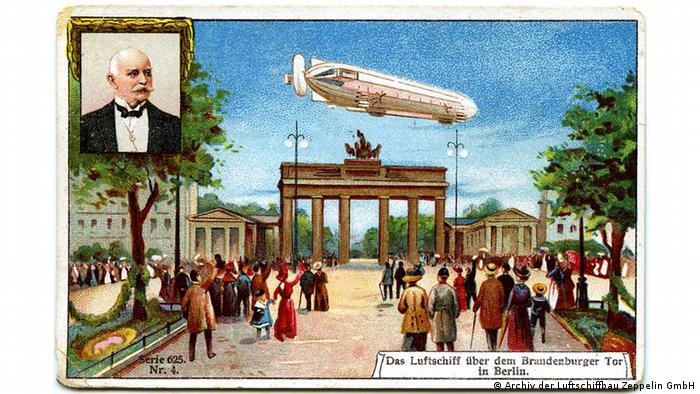 Postcard from the company Luftschiffbau Zeppelin GmbH featuring a zeppelin above the Brandenburg Gate (Photo: Archiv der Luftschiffbau Zeppelin GmbH)