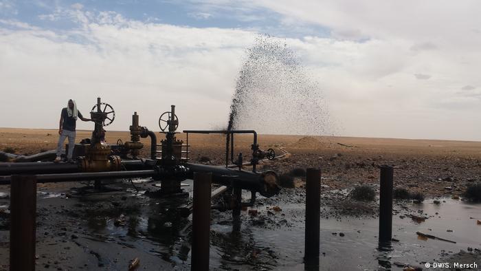 Tunesien - Gouvernorat Tataouine: Eine offene Ölleitung in Kamour