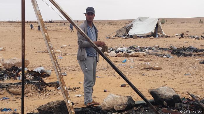 Tunesien - Gouvernorat Tataouine: Ein Mitglied der Protestbewegung vor einem niedergebrannten Zelt in Kamour