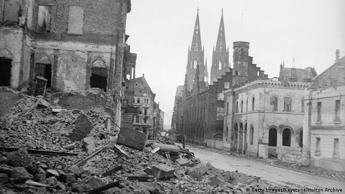 Incluso en medio del bombardeo total se salvó la catedral. Algunos dicen que fue porque la respetaron. De hecho, sus dos torres sirvieron a los pilotos como punto de referencia en la clara noche de mayo de 1942. Seguramente, lo que la salvó fue su construcción gótica. Los grandes ventanales y los arbotantes derivaron hacia el exterior la onda expansiva de las bombas, suponen los expertos.