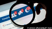 ARCHIV - ILLUSTRATION - Ein Detail der Social Media-Plattform Facebook ist auf einem Handy durch eine Linse zu sehen, aufgenommen am 11.12.2016 in München (Bayern). (zu dpa «Geniales, Verrücktes, Eitles: Patente schützen geistiges Eigentum» vom 25.04.2017) Foto: Tobias Hase/dpa +++(c) dpa - Bildfunk+++   Verwendung weltweit