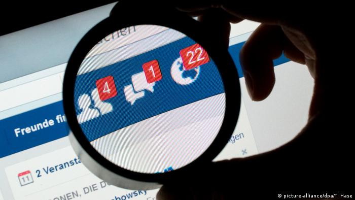 Facebook unter der Lupe (picture-alliance/dpa/T. Hase)