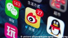 --FILE--A mobile phone user looks at icons of the messaging app Weixin, left, or WeChat, QQ, right, of Tencent, and Weibo, center, the Twitter-like microblogging service of Sina, on his smartphone in Ji'nan city, east China's Shandong province, 22 July 2016. Chinese social media giant Sina Weibo reported strong financial performance in the first quarter (Q1) of this year thanks to booming advertising and marketing demand. The tech firm raked in net revenue of about 199.2 million U.S. dollars, up 67 percent year on year, according to its financial statement released Tuesday. Net income attributable to Weibo reached 46.9 million U.S. dollars, an increase of 561 percent year on year. Advertising and marketing services remained the major source of income, bringing in 169.3 million U.S. dollars in Q1, a 71-percent surge over Q1 of 2016. Foto: Da Qing/Imaginechina/dpa |
