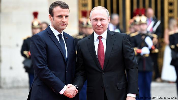 Макрон жмет руку Путина в Версале 29 мая 2017 года
