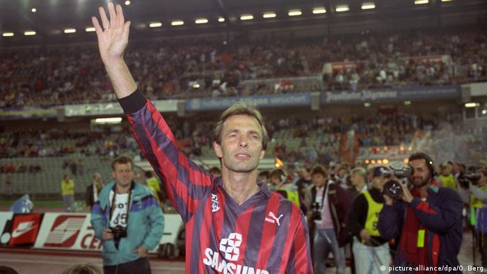 Karl-Heinz Körbel waves to the Frankfurt crowd after his testimonial game against a team of Bayern Munich all-stars (October 6, 1991)